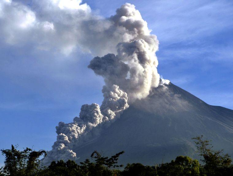 """На острове Ява в Индонезии """"плевался"""" огнем и дымом вулкан Мерапи (видео)"""