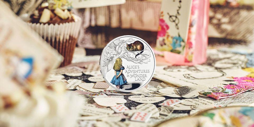 """В Великобритании выпустили серию монет в честь """"Приключений Алисы в стране чудес"""" (фото)"""