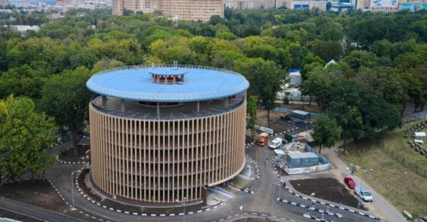 Спустя год после окончания строительства в Харькове открывают многоуровневый паркинг