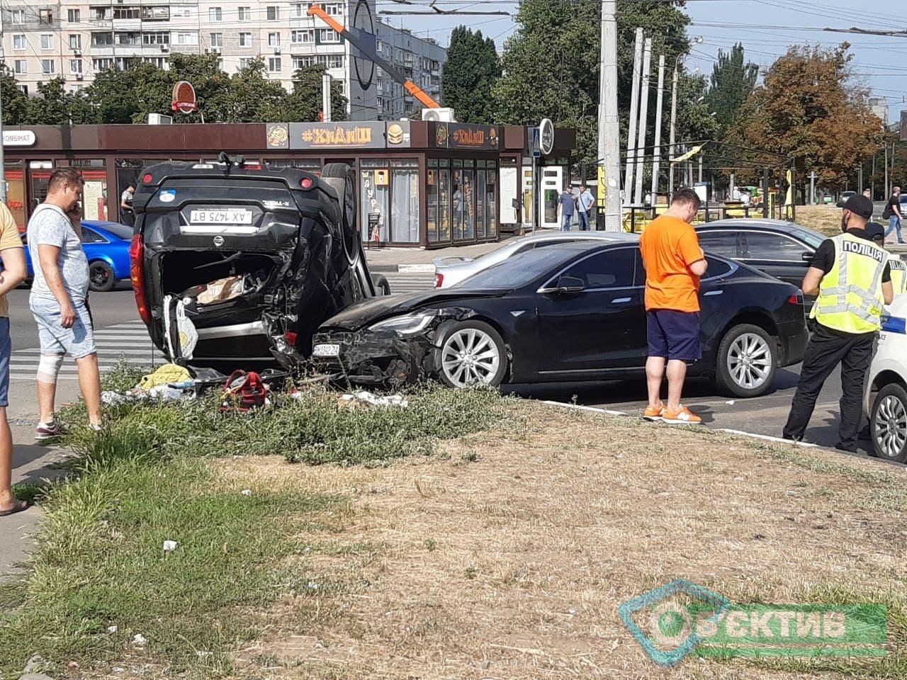 На Гвардейцев Широнинцев собирается пробка: Nissan врезался в Tesla, внедорожник перевернулся (обновлено, фоторепортаж)