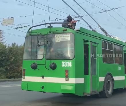 """""""Не успел зайти в троллейбус"""": скрипача, игравшего на крыше общественного транспорта, забрала полиция"""