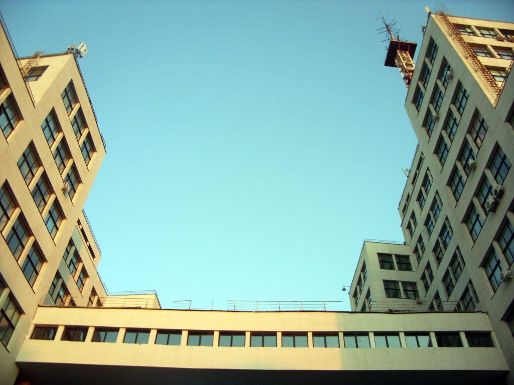 Нависающие над землей переходы в здании Госпром