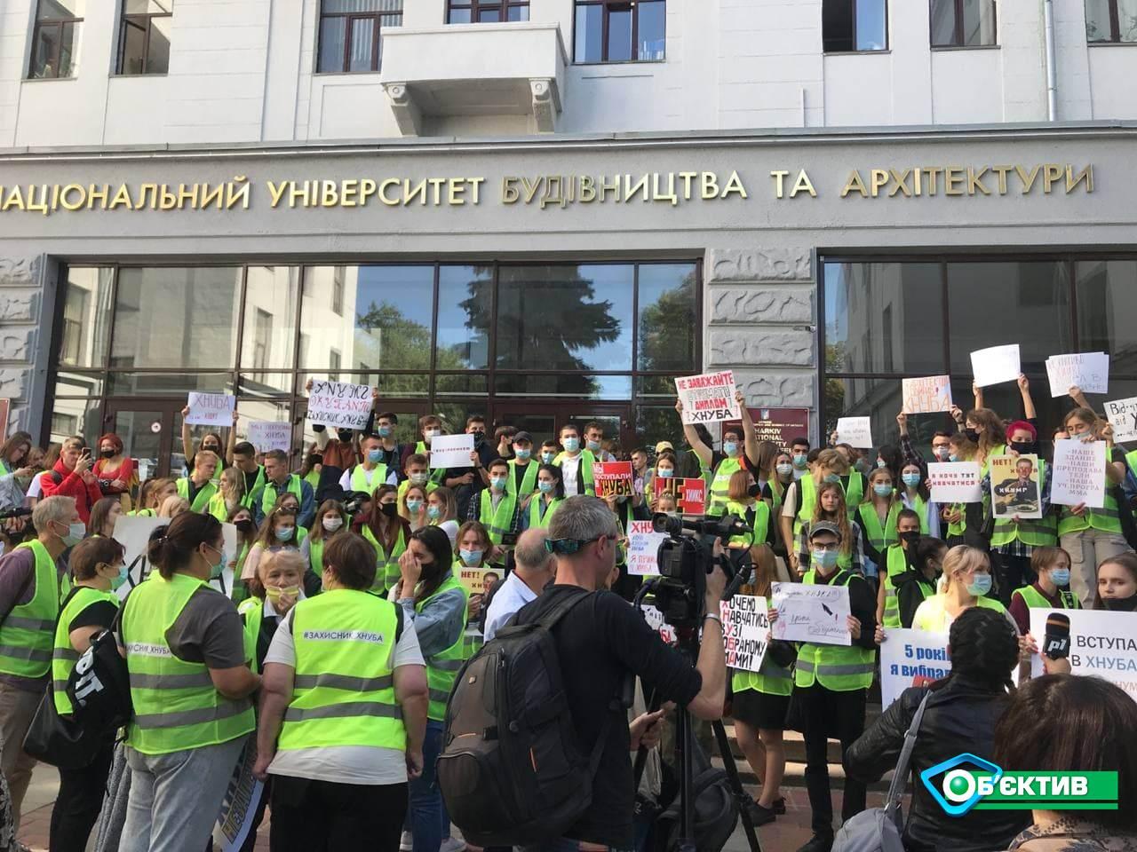 На акцию протеста вышли студенты и преподаватели Харьковского Национального университета строительства и архитектуры