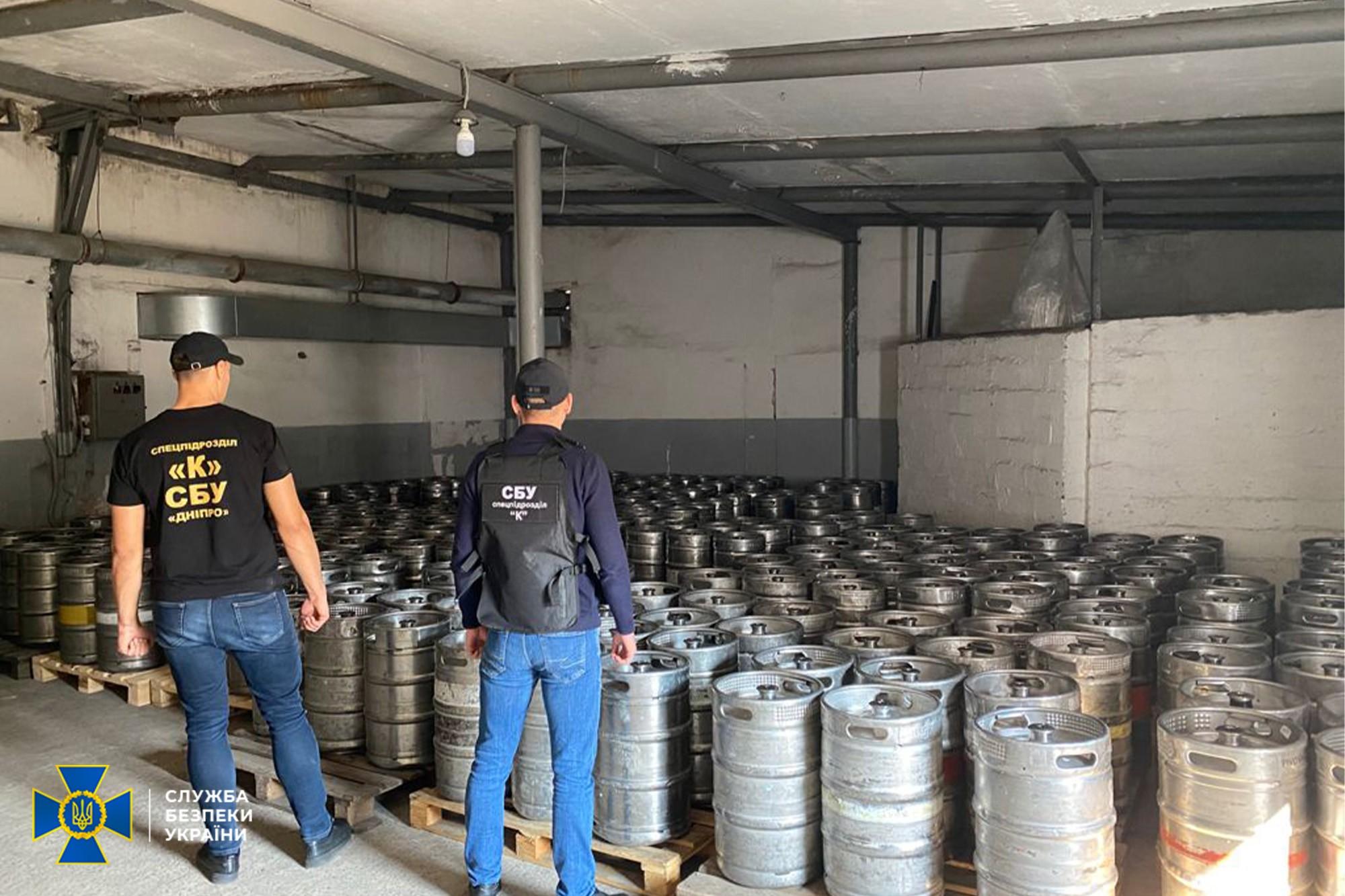 В Харькове сбывали фальсифицированный алкоголь (видео)