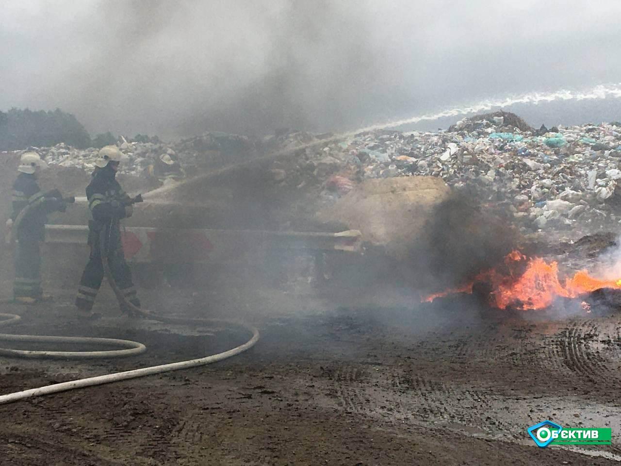 Спасатели отрабатывали тушение пожара на полигоне ТБО в Дергачах