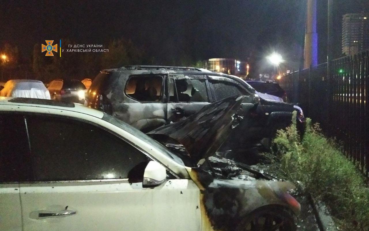 Ночью в Харькове на парковке сгорел автомобиль (фото)