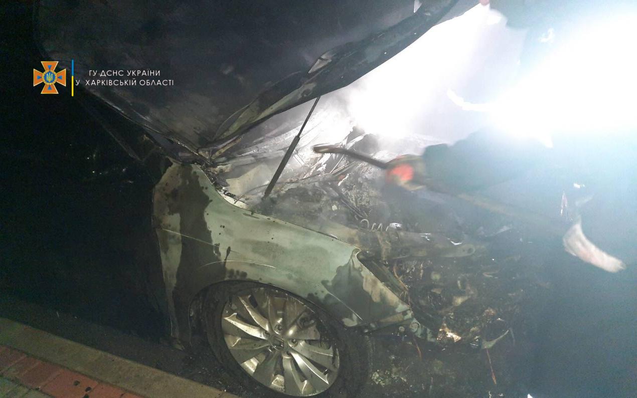 Ночью в Харькове сгорел автомобиль (фото)