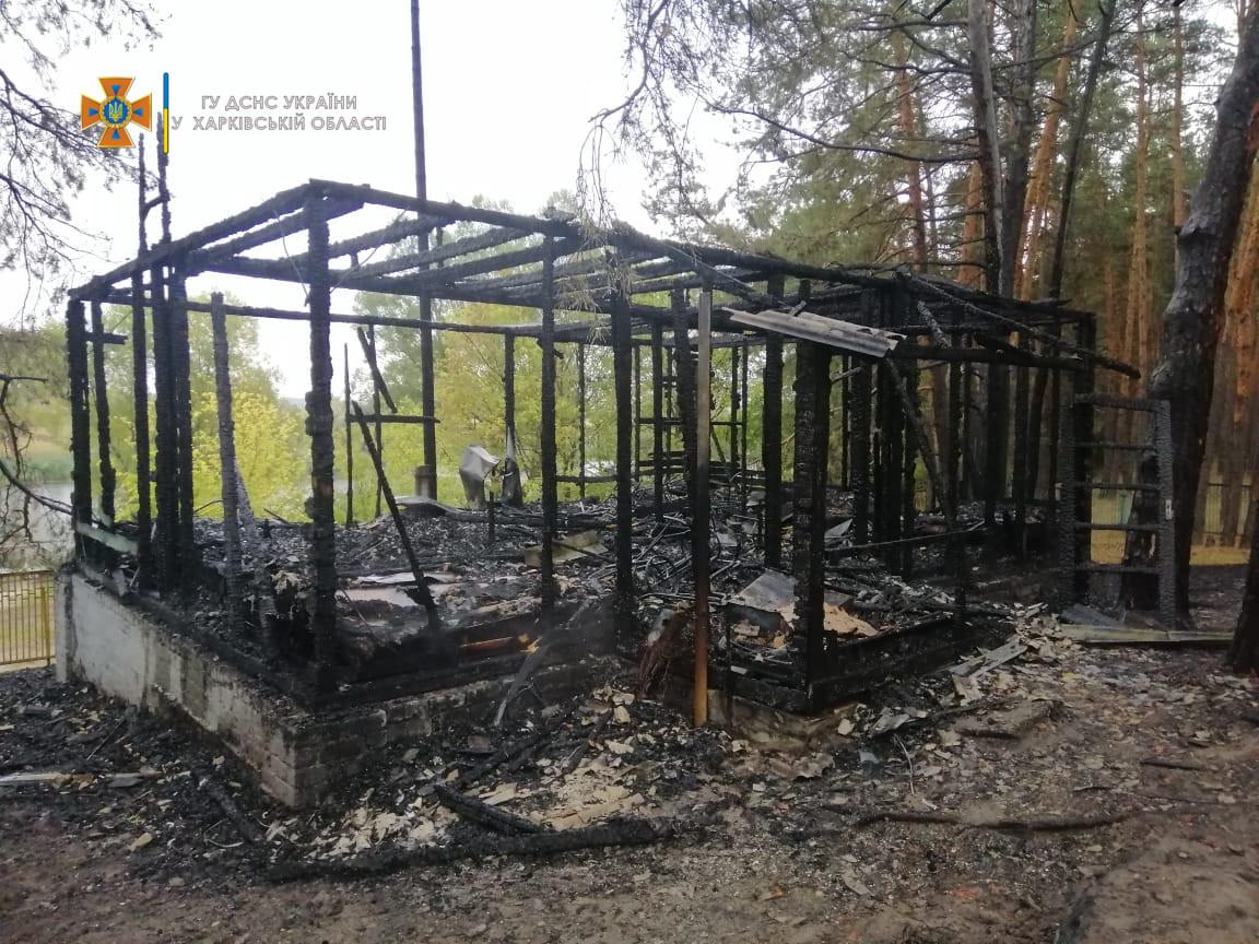 Под Харьковом на заброшенной базе отдыха во время пожара пострадали люди