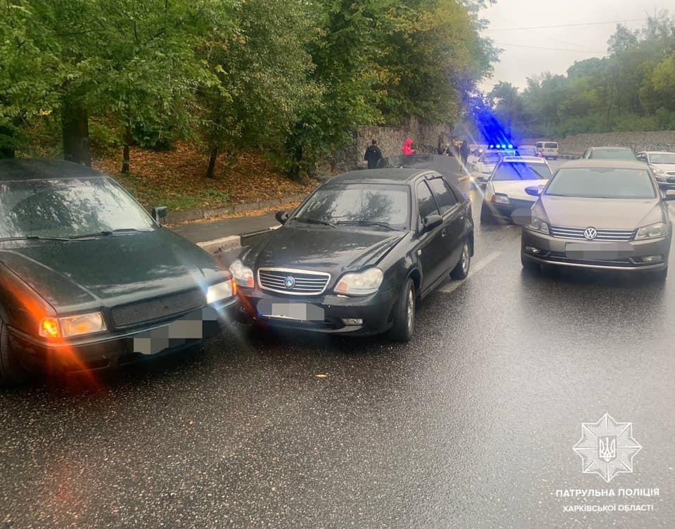 В Харькове столкнулись пять легковушек, есть пострадавшие