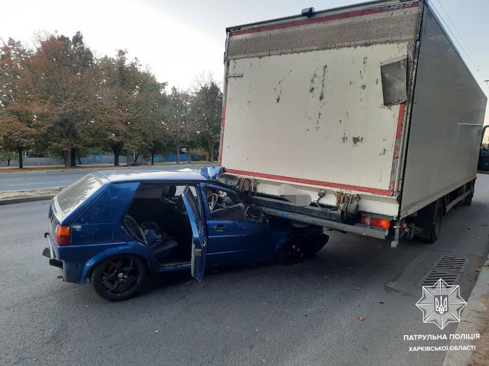 В Харькове Volkswagen въехал под фуру (фото)