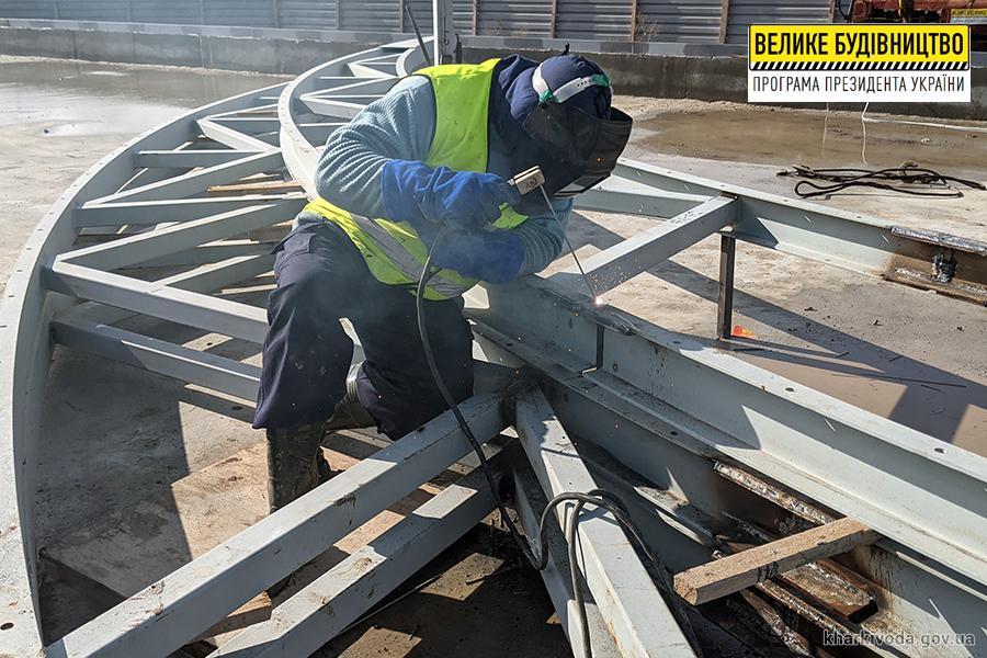 Новый спорткомплекс в Люботине: строители устанавливают купол (фото)