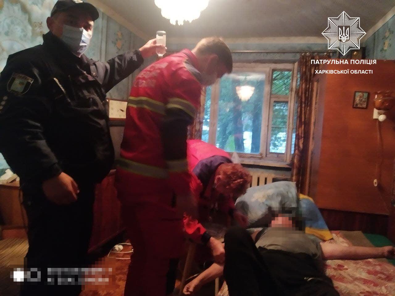 Патрульные в Харькове помогли парализованному человеку (фото)