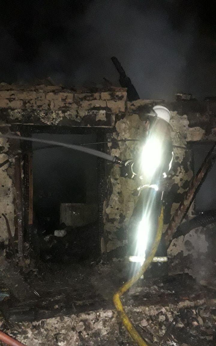 На Харьковщине в сгоревшем доме обнаружили тело человека (фото)