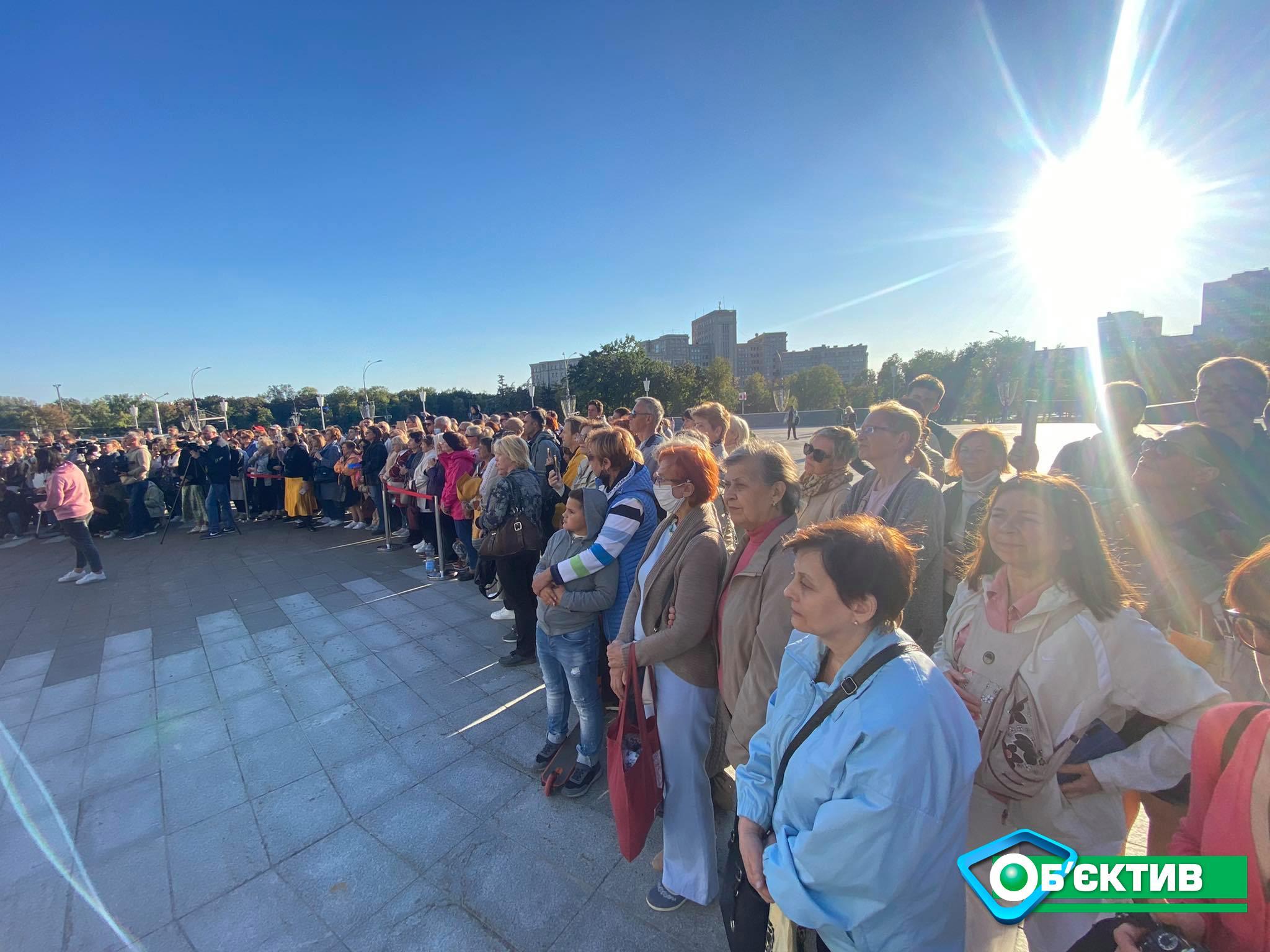 Американская скрипачка играет на красной скрипке Страдивари в центре Харькова