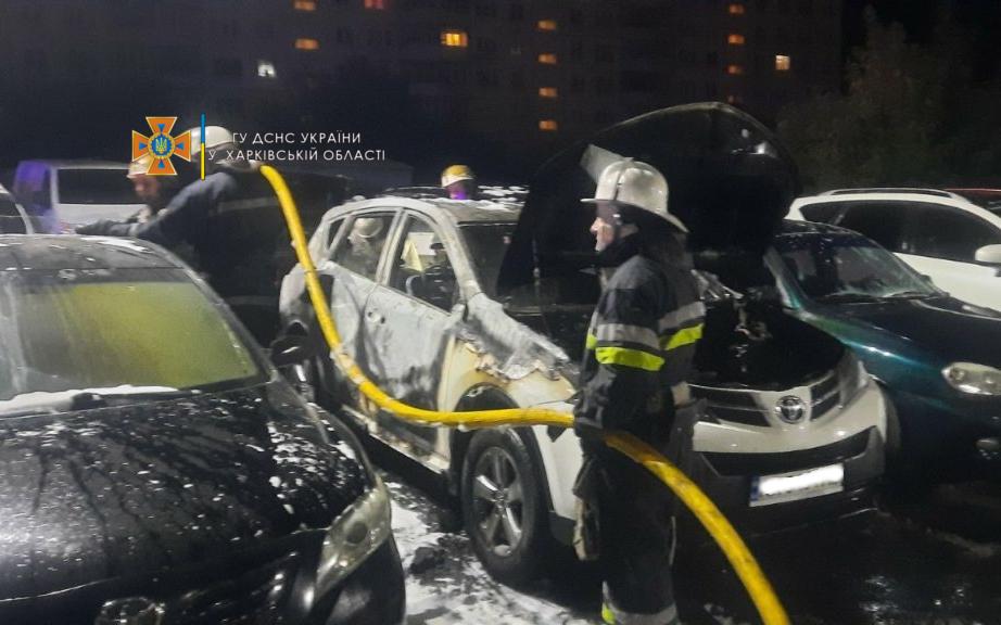 Ночью в Харькове на автостоянке сгорели шесть автомобилей (фото)