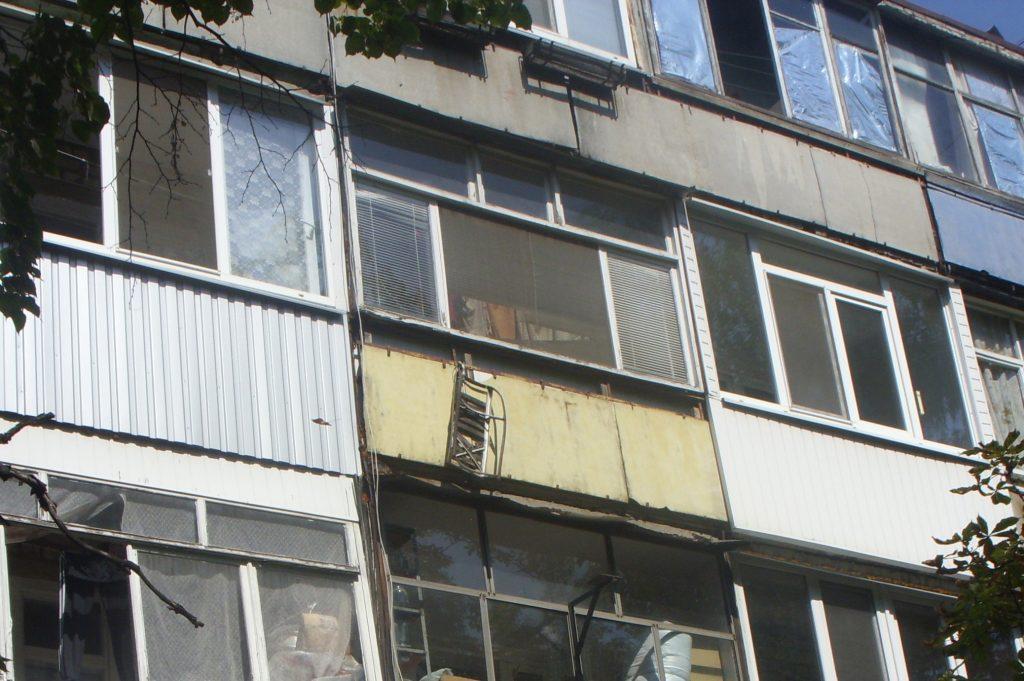Санки на балконе