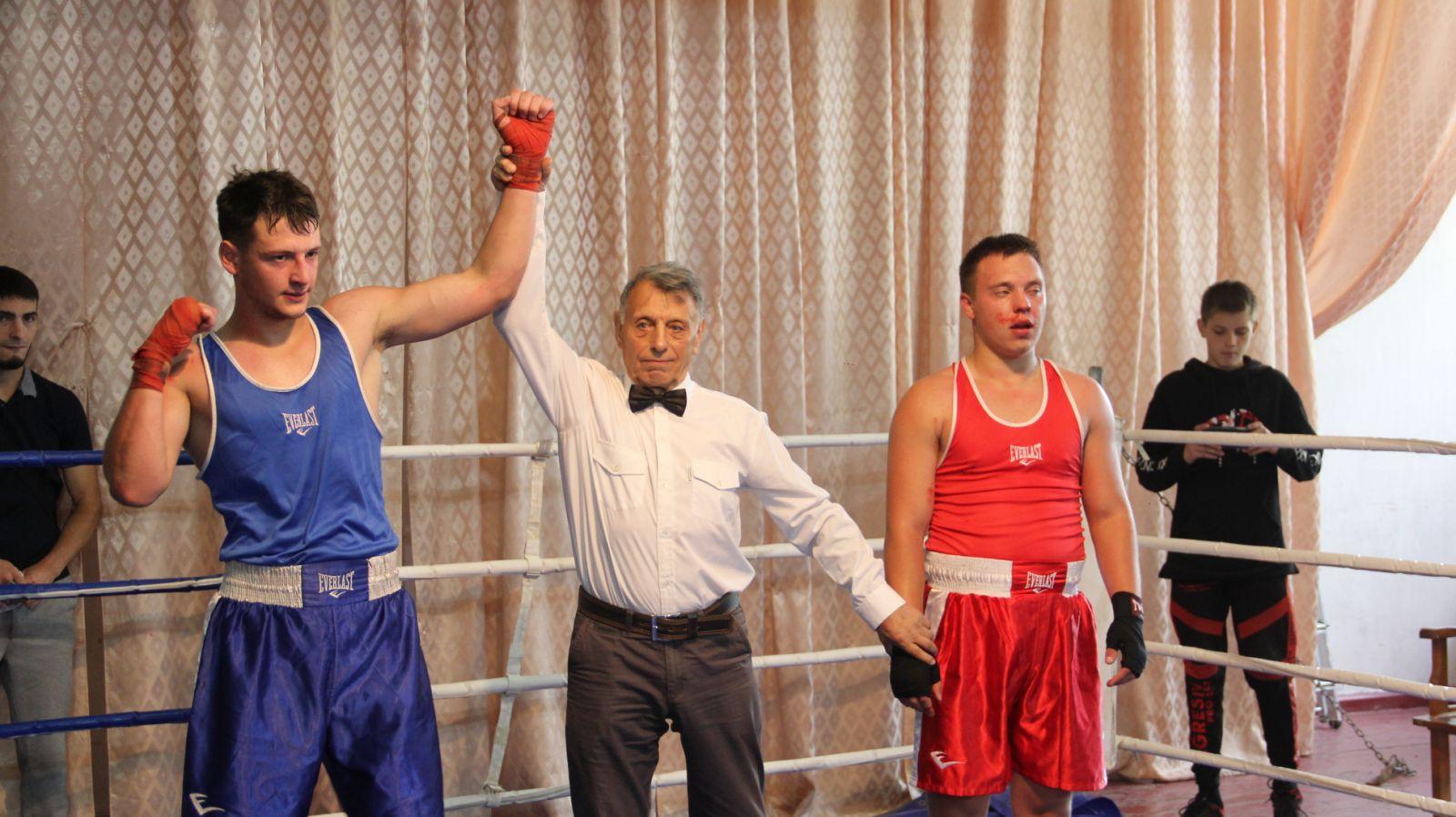 На турнир по боксу в Люботине собрались 70 спортсменов от юношей до тяжеловесов (фото)