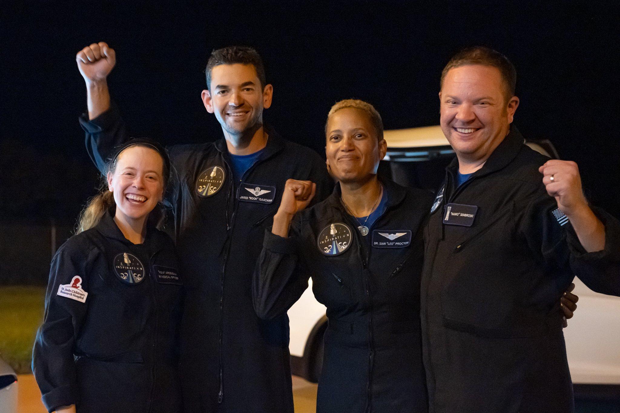 Первые космические туристы вернулись на Землю (видео)