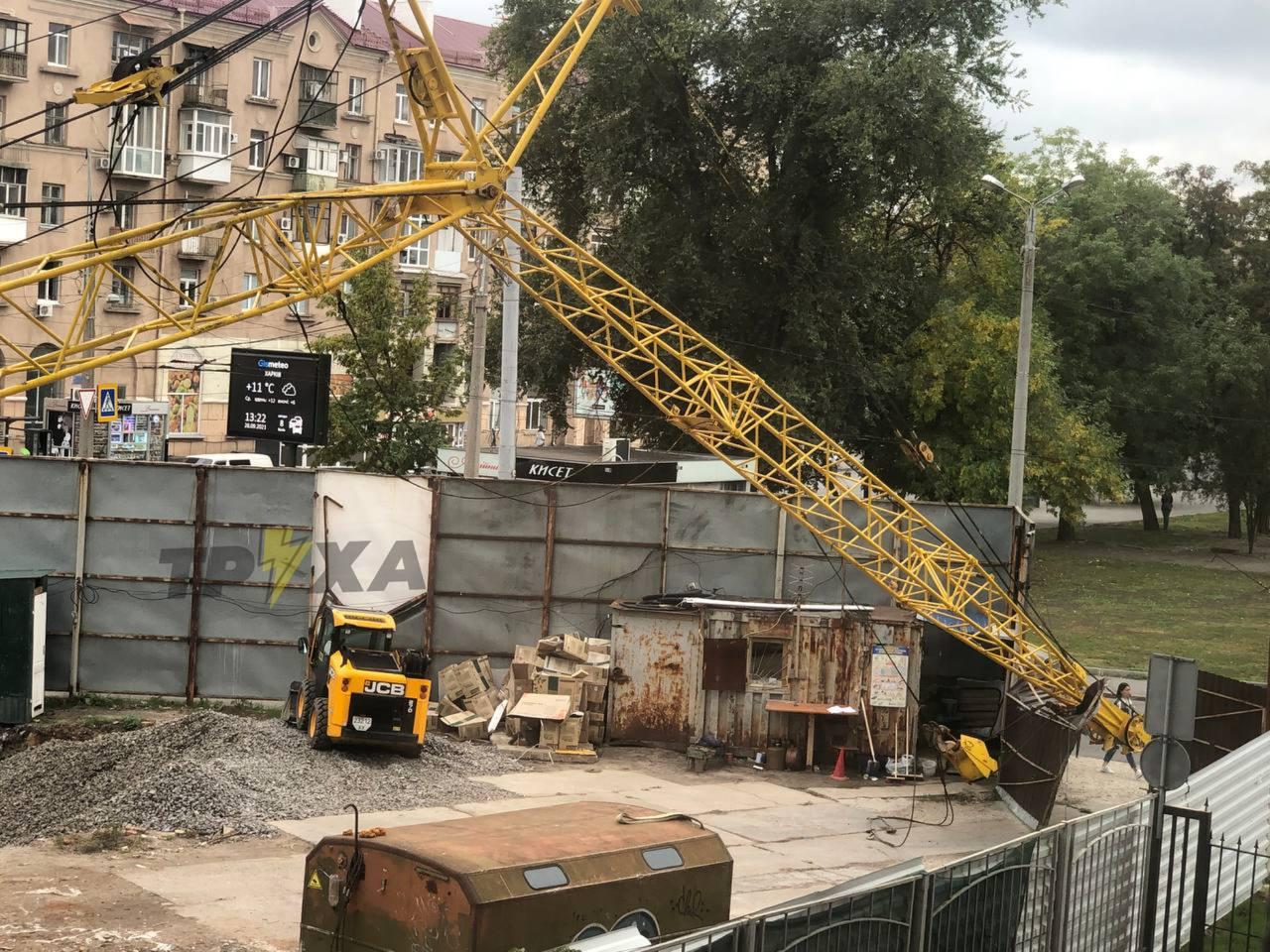 В Харькове на стройке рухнул строительный кран - фото 2
