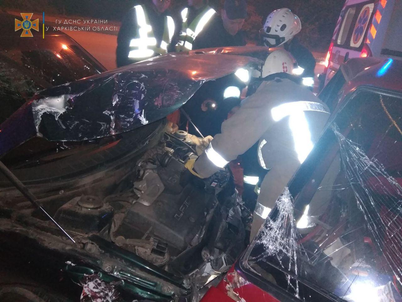 Спасатели помогли выбраться пострадавшим в ДТП