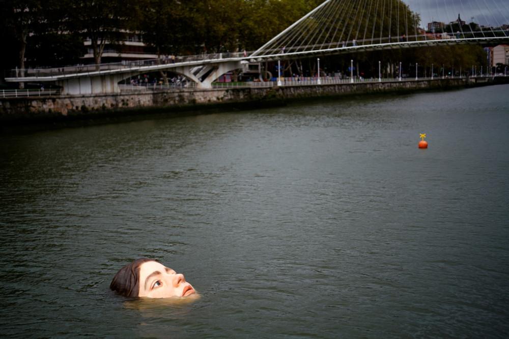 """В Испании появился необычный арт-объект: """"утонувшая девушка"""" пугает людей (фото, видео)"""