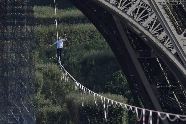В Париже канатоходец без страховки прошелся от Эйфелевой башни до театра Шайо (фото, видео)