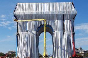 """Триумфальную арку """"упаковывают"""" в ткань"""
