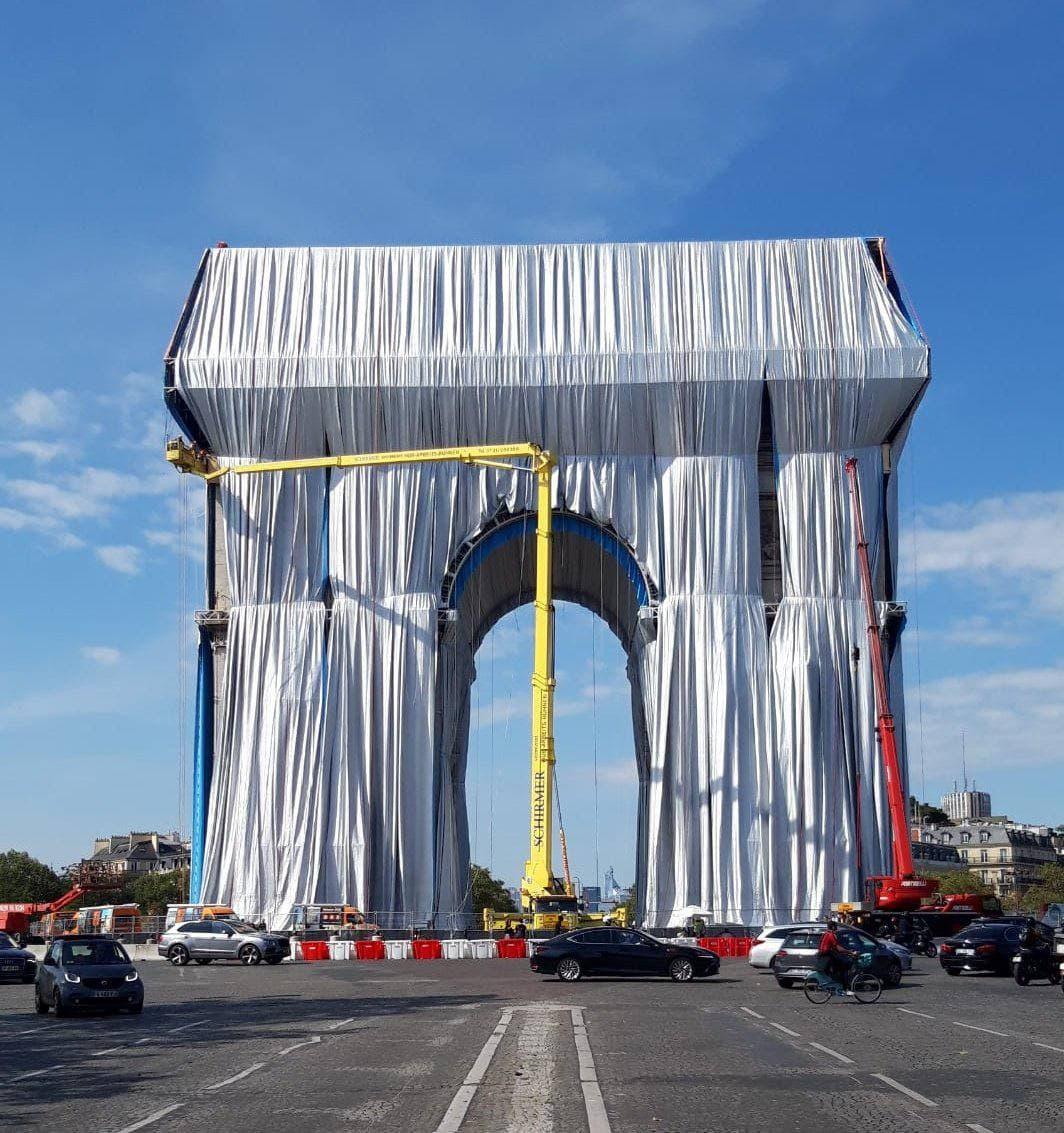 """Триумфальную арку в Париже """"одели"""" в упаковочную ткань (фото, видео)"""