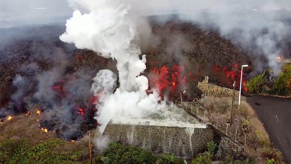 Вулкан на Канарских островах продолжает извергаться: аэропорт закрыт, людей призывают эвакуироваться