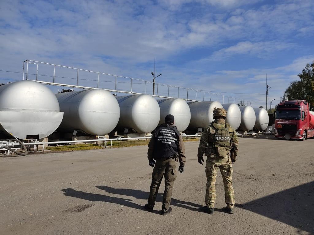 Харьковские пограничники изъяли 160 тыс. литров спирта для производства бензина (видео)