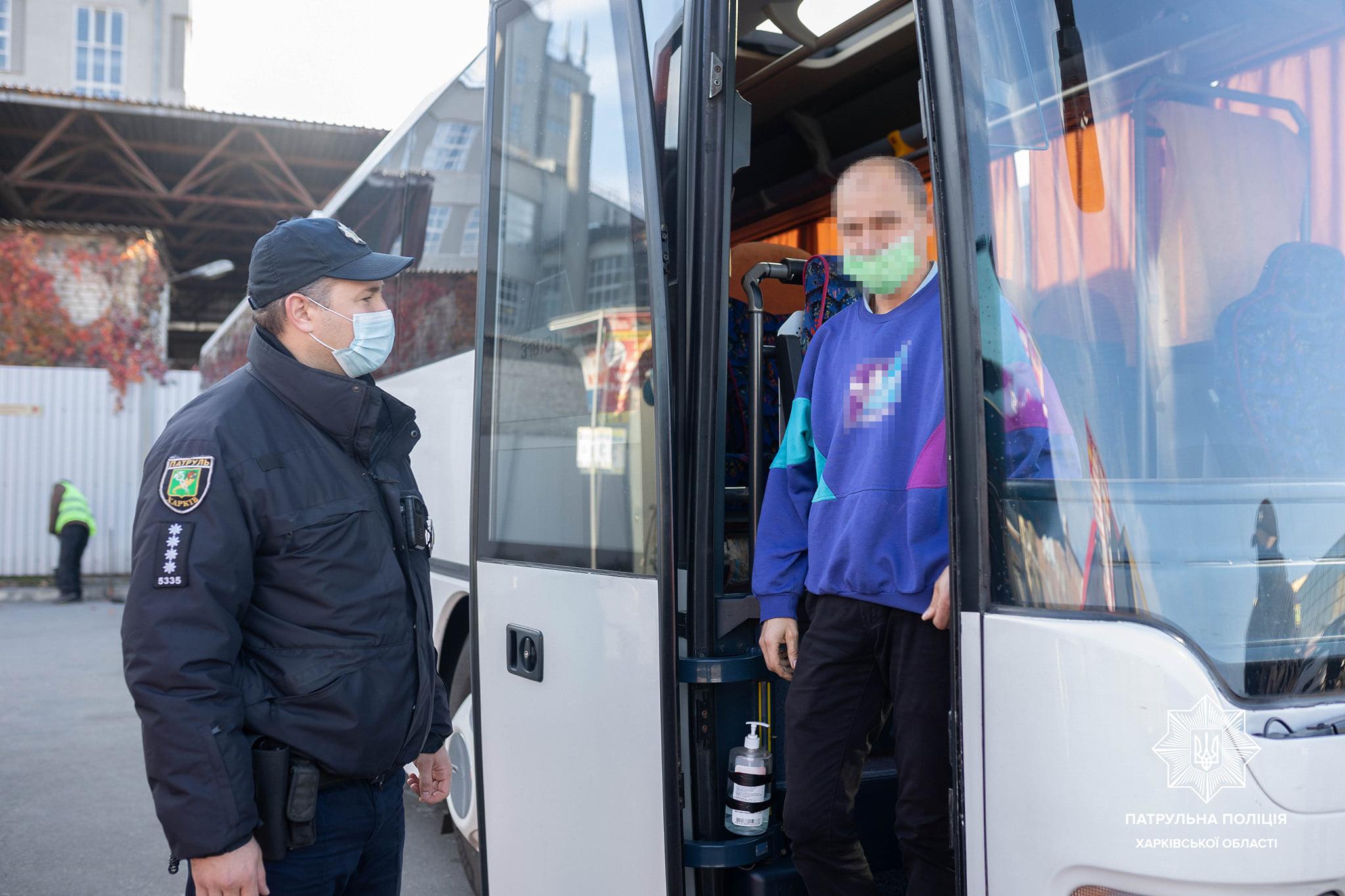 Карантин. В Харькове патрульные проверяют общественный транспорт (Фото)