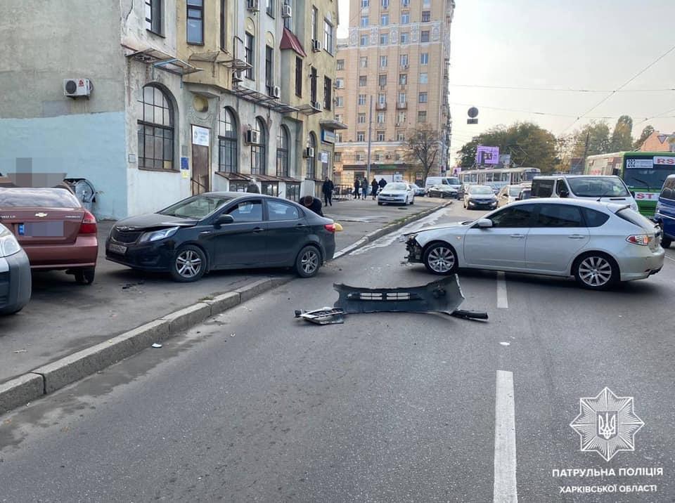 В Харькове четыре легковушки не поделили дорогу (фото)