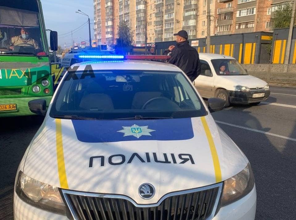 В Харькове полицейского не выпускали из автобуса: водителю грозит до 3 лет лишения свободы (видео)