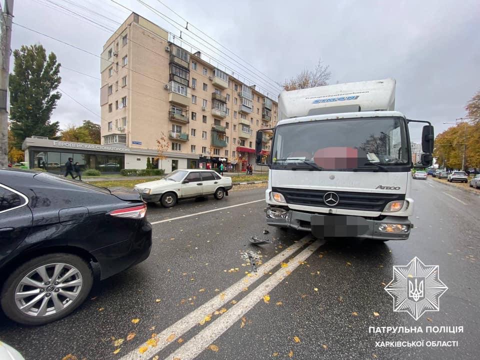 В центре Харькова грузовик влетел в Toyota (фото)
