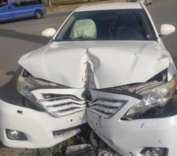 В Харькове Toyota влетела в столб после столкновения с легковушкой (фото)