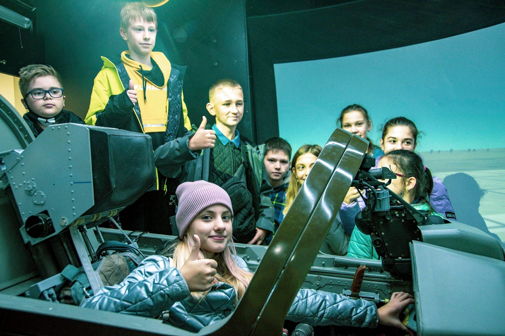 Харьковские летчики провели экскурсию для школьников (фото)