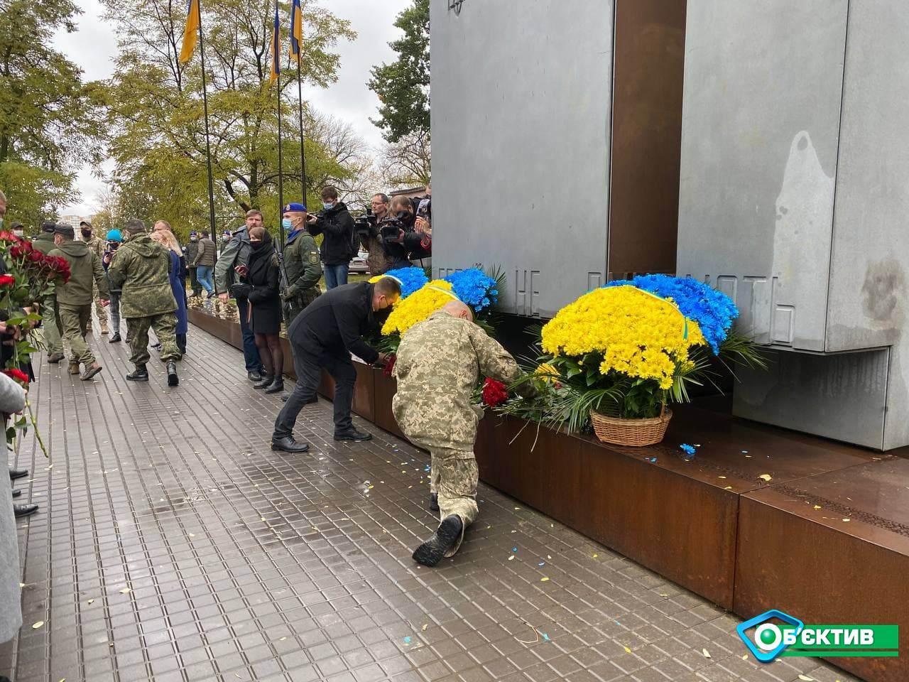 К Монументу защитникам Украины в Харькове возложили цветы