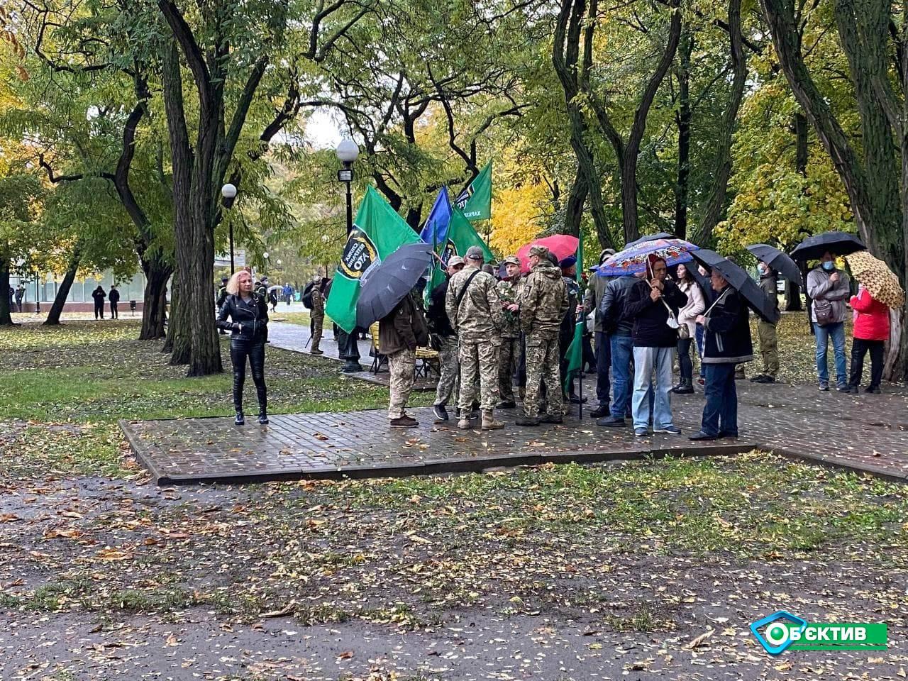 Харьковчане принесли цветы к Монументу защитникам Украины