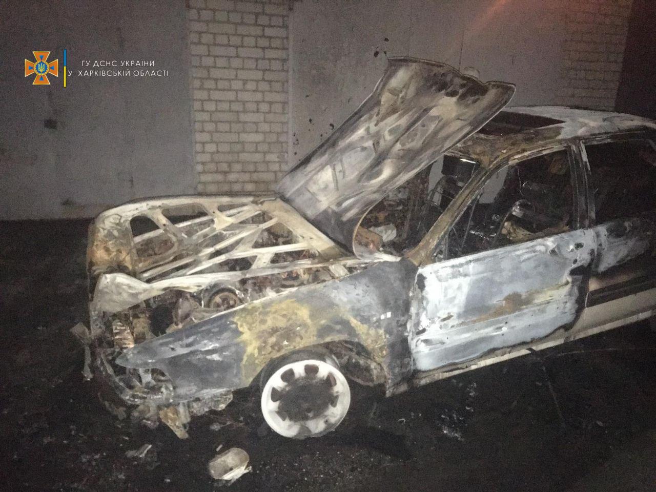 """Автомобиль горел прямо в гаражном кооперативе """"Метеор"""""""